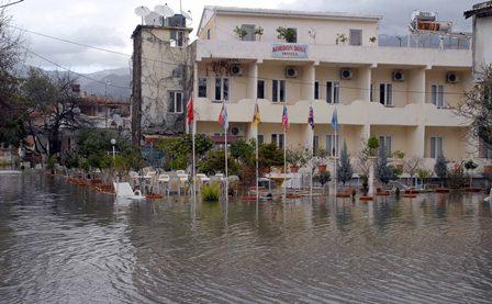Köyceğiz gölü taştı ev ve işyerlerini su bastı