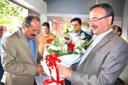 Başkan Saatcı, AKP seçim bürosunu ziyaret etti.