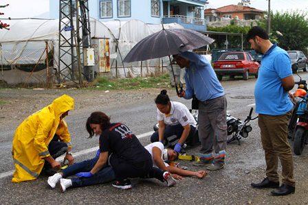Yaralıyı şemsiyeyle korudu