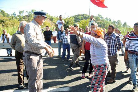 Trafik kazalarını protesto için yolu trafiğe kapattılar