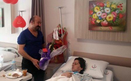 Sevgililer gününü hastane odasında kutladılar