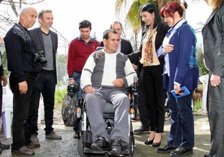 Engelli vatandaşın Akülü araba sevinci