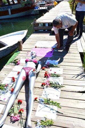 Cansu Kaya'nın öldüğü  yere çiçekler bırakıldı