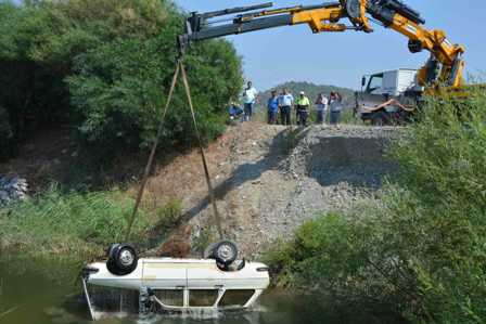 Su dolu çukura düşen otomobilden ceset çıktı