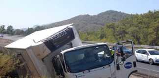 Ortaca'da gıda yüklü kamyon devrildi, 1 yaralı