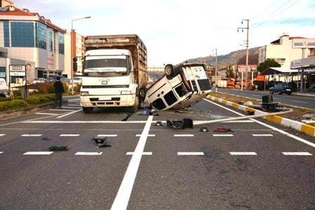 Ortaca'da takla atan araç, kamyonun altına girdi