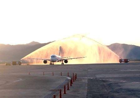 Rusya'dan Dalaman'a gelen uçak su takıyla karşılandı