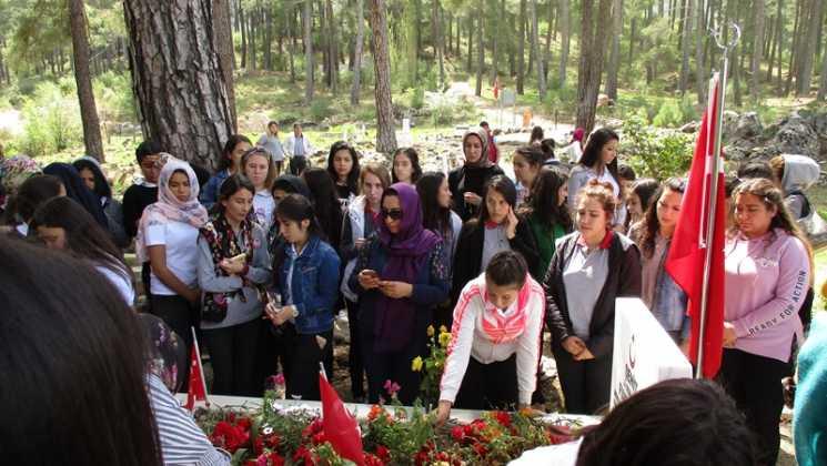 IMG 0341 - Öğrenciler şehit Fuat Demir'i andı